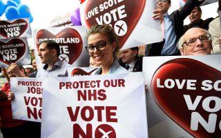 «Προστατέψτε το Εθνικό μας Σύστημα Υγείας, ψηφίστε ΟΧΙ» στην ανεξαρτησία γράφει το πλακάτ της χαμογελαστής Σκωτσέζας, μία ημέρα πριν από το σημερινό δημοψήφισμα που θα κρίνει την παραμονή της Σκωτίας στο Ηνωμένο Βασίλειο. Ακριβώς το ίδιο επιχείρημα, της προστασίας του ΕΣΥ, προβάλλουν και οι οπαδοί της ανεξαρτησίας.