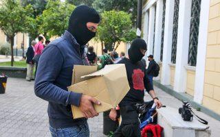 Αστυνομικοί μεταφέρουν δικογραφία για την υπόθεση της Χ.Α. στην Ευελπίδων τον περασμένο Οκτώβριο.