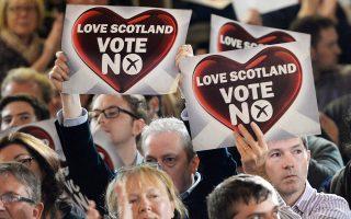 Υποστηρικτές του «Οχι» με πλακάτ.