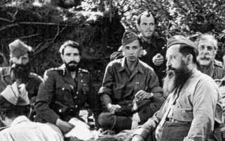 Ο Ναπολέων Ζέρβας μαζί με άλλα στελέχη του ΕΔΕΣ στο βουνό την περίοδο της Κατοχής. Ο Βαγγέλης Τζούκας εξετάζει τις ιδιαίτερες σχέσεις του ΕΔΕΣ με τους τοπικούς οπλαρχηγούς στην Ηπειρο.