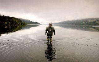 Το 2003, ο Λόιντ Σκοτ είχε πραγματοποιήσει υποβρύχιο περίπατο στον πυθμένα του Λοχ Νες, χωρίς να δει τίποτε.