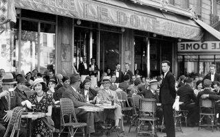 Το Παρίσι του Μεσοπολέμου φιγουράρει στο μυθιστόρημα «Πιο βαθιά κι από την άβυσσο» του Μάνες Σπέρμπερ, δεύτερο μέρος της περίφημης τριλογίας του «Δάκρυ στον Ωκεανό». Στη γαλλική πρωτεύουσα διαδραματίζεται το δεύτερο και μεγαλύτερο μέρος του βιβλίου με τον τίτλο «Η εξορία».