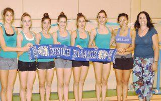 Τα κορίτσια της ελληνικής ομάδας με την ομοσπονδιακή προπονήτρια Τζένη Παπαδοπούλου.