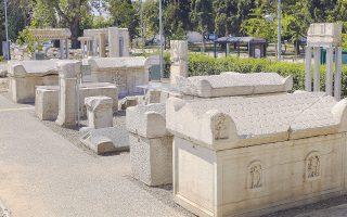 Αρχιτεκτονικά μέλη αρχαίων κτιρίων, βωμοί και σαρκοφάγοι από τα νεκροταφεία της Θεσσαλονίκης των αυτοκρατορικών χρόνων, πορτρέτα νεκρών και δεκάδες άλλα ευρήματα συνθέτουν τη νέα υπαίθρια έκθεση «Μνήμη και λίθοι» στον περιβάλλοντα χώρο του Αρχαιολογικού Μουσείου Θεσσαλονίκης.