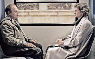 Το «Για πάντα» είναι η ιστορία του Κώστα, οδηγού στον ηλεκτρικό σιδηρόδρομο, και της Αννας, επιβάτιδος, που παίρνει το ίδιο τρένο κάθε μέρα για να πάει στη δουλειά της.