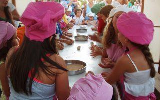 Μικροί μάγειρες και μαγείρισσες φτιάχνουν παραδοσιακές συνταγές, στα πάντα δημοφιλή παιδομαγειρέματα του φεστιβάλ «Νικόλαος Τσελεμεντές».