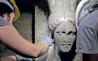 Το πρόσωπο του δυτικού γυναικείου αγάλματος του τύμβου Καστά σώζεται σχεδόν ακέραιο. Και τα δύο γυναικεία αγάλματα αναγνωρίστηκαν ως «Καρυάτιδες», δίνοντας τροφή σε αυθαίρετες παρατηρήσεις (περί γυναικείου τάφου ή πρωτόγνωρου στη μακεδονική τέχνη) και άνευ νοήματος ερωτήματα (αν τα χέρια εκτείνονται οριζόντια ή υψώνονται κατακόρυφα).