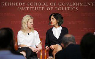 Από το πανκ στο Χάρβαρντ. Επίσημες καλεσμένες του Kennedy School of Government ήταν τα δυο μέλη των Pussy Riot, Maria Alyokhina (αριστερά) και  Nadezhda Tolokonnikova. Οι δυο ακτιβίστριες βρέθηκαν στο Χάρβαρντ και είχαν πολλά να πουν όχι τόσο για την μουσική, όσο για τα ανθρώπινα δικαιώματα και την ελευθερία του τύπου. REUTERS/Brian Snyder