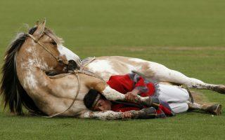 Ο γητευτής των αλόγων. Χρησιμοποιώντας τεχνικές των ινδιάνων ο Martin Tata καταφέρνει και δαμάζει τα άλογα χωρίς να χρησιμοποιεί μαστίγια ή οποιουδήποτε είδους βία. Μιλώντας ψιθυριστά (whisperer τους ονομάζουν και όχι γητευτές) καταφέρνει να ηρεμίσει το άλογο και να το καθοδηγήσει εκεί που θέλει, όπως κάνει με το άλογό του την Primavera, σε αυτή την επίδειξη σε ράντσο, βόρεια του Μπουένος Άιρες. REUTERS/Enrique Marcarian