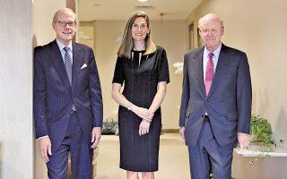 Ο Στίβεν Χάιντς, η Βάλερι Ροκφέλερ-Ουέιν και ο Στίβεν Ροκφέλερ στα ιστορικά γραφεία της Standard Oil στη Ν. Υόρκη.