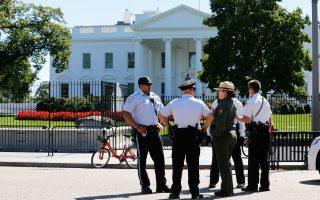 Μέλη της Μυστικής Υπηρεσίας και της Υπηρεσίας Εθνικών Πάρκων των ΗΠΑ –συναρμόδιες για τη φύλαξη της προεδρικής κατοικίας– συζητούν δίπλα στο βόρειο κιγκλίδωμα του Λευκού Οίκου, μετά τον συναγερμό που κηρύχθηκε το Σάββατο. Τα μέτρα ασφαλείας ενισχύθηκαν σημαντικά μετά την «εισβολή» 42χρονου ψυχοπαθούς –αλλά παρασημοφορημένου– βετεράνου του στρατού τα ξημερώματα του Σαββάτου.