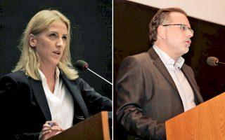 Αριστερά: «Συμφωνώ στη μηδενική ανοχή για τους κατόχους πλαστών πτυχίων», είπε η περιφερειάρχης Αττικής κ. Ρένα Δούρου. Δεξιά: O Γιώργος Κουμουτσάκος, επικεφαλής της παράταξης της Ν.Δ. για την Περιφέρεια «180 μοίρες για την Αττική», χαρακτήρισε τη διαδικασία της ψηφοφορίας «θεσμικό ξέπλυμα μιας απόφασης».