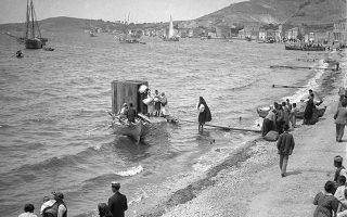 Πρωινό του αιφνιδιαστικού διωγμού, Ιούνιος 1914. Γυναίκες με πρόχειρους μπόγους σπεύδουν στην αμμουδιά της Φώκαιας να μπουν σε βάρκες για να φύγουν. Αλλοι πάλι, παρακολουθούν μην πιστεύοντας ότι κινδυνεύουν. Το βράδυ η κλιμάκωση της βίας ήταν γεγονός...