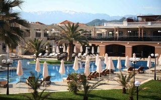 Για το 2015 οι Ελληνες ξενοδόχοι έχουν πετύχει αυξήσεις τιμών σε ποσοστό 3% με 4% στα συμβόλαια που υπέγραψαν με τους ξένους tour operator για τη νέα τουριστική σεζόν σε σχέση με αυτά που ίσχυαν για τη φετινή σεζόν.