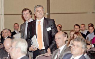 Αίσχος! Κοτζάμ δήμαρχος Πατούλης καταφθάνει αργοπορημένος στο συνέδριο του Ελληνοαμερικανικού Επιμελητηρίου για την Υγεία και ούτε ένας από τους κυρίους τριγύρω του (που προτιμώ να μην τους χαρακτηρίσω) δεν σηκώνεται να τον χειροκροτήσει...