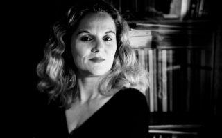 Από τη στιγμή που η Μαριάννα Κάλμπαρη πήρε και επίσημα το «δαχτυλίδι» της διαδοχής από τον Διαγόρα Χρονόπουλο, την συνοδεύει το ερώτημα: «Μια γυναίκα στο τιμόνι του Θεάτρου Τέχνης, θα τα καταφέρει;».