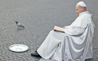 Ο Πλίσκο Τζούλιους,  54χρονος Σλοβάκος, κατά τη διάρκεια περφόρμανς: ο πάπας που είναι και επαίτης. Ρώμη, 2013.