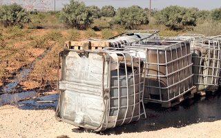 Οι δεξαμενές περιείχαν ιδιαίτερα επικίνδυνο πισσώδες απόβλητο, μέρος του οποίου διέρρευσε σε αμπελώνα. Ερευνα για την υπόθεση διεξάγουν οι επιθεωρητές Περιβάλλοντος και η Διεύθυνση Ασφάλειας Αττικής.