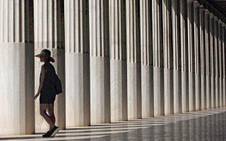 Τουρίστρια στη Στοά του Αττάλου. Η δημοφιλής φράση «Ο πολιτισμός είναι η βαριά βιομηχανία της Ελλάδας», που μπήκε στη ζωή μας στις αρχές της δεκαετίας του '80, έγινε εθνικό σλόγκαν που αποδείχθηκε ανθεκτικό και επικράτησε απλώς και μόνον διά της στομφώδους επανάληψης. Επί της ουσίας, μετατράπηκε σε διαπίστωση που αυτομάτως ταυτιζόταν με αυτό που ήδη «είμαστε» χωρίς να χρειάζεται παραπάνω κόπος.