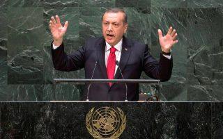 Την οργή του Καΐρου προκάλεσε η ομιλία του προέδρου της Τουρκίας Ρετζέπ Ταγίπ Ερντογάν στη Γενική Συνέλευση των Ηνωμένων Εθνών. Ο κ. Ερντογάν κατηγόρησε τον ΟΗΕ για απάθεια έναντι «της ανατροπής του εκλεγμένου προέδρου της Αιγύπτου», εννοώντας τον Μόρσι, και αμφισβήτησε τη νομιμότητα του προέδρου της χώρας Αμπντέλ Φατάχ αλ Σίσι.