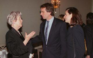 Η Ντέμπορα Μίτφορντ (αριστερά) συνομιλεί με τον Ρόμπερτ Κένεντι Τζούνιορ και τη σύζυγό του το 1996 στη Νέα Υόρκη.