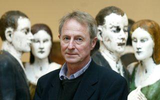 Ο Βρετανός γλύπτης Τζον Ντέιβις ποζάρει μπροστά από το έργο του «Οικογενειακά φαντάσματα». Συνήθως, τα πιο τρομακτικά φαντάσματα –και τα πιο αγαπημένα επίσης– είναι τα οικογενειακά...