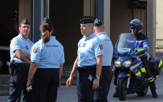 Γάλλοι αστυνομικοί κάτω από το αστυνομικό τμήμα στο οποίο παραδόθηκαν τρεις ύποπτοι τζιχαντιστές.