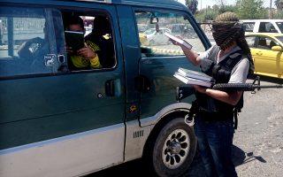 Οι μαχητές του Ισλαμικού Κράτους δίνουν το ιερό βιβλίο του Ισλάμ.