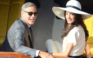 Οι νεόνυμφοι Τζορτζ Κλούνεϊ και Αμάλ Αλαμουντίν αναχωρούν από το δημαρχείο της Βενετίας μετά τον πολιτικό γάμο τους, χθες.