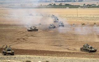 Τουλάχιστον 30 τουρκικά άρματα μάχης και τεθωρακισμένα μεταφοράς προσωπικού παρατάχθηκαν χθες στα σύνορα με τη Συρία, απέναντι στην κουρδική πόλη Κομπανί, η οποία πολιορκείται από τζιχαντιστές της οργάνωσης «Ισλαμικό Κράτος».