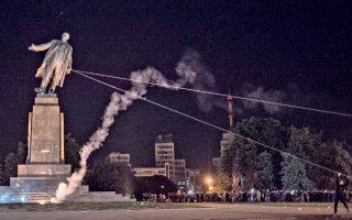Ακτιβιστές ρίχνουν το μεγαλύτερο άγαλμα του Λένιν στην Ουκρανία, στο πλαίσιο διαδήλωσης στην κεντρική πλατεία του Χαρκόβου.