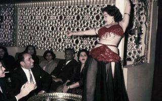 Απαγόρευση στον χορό της κοιλιάς;. Μπορεί η Αίγυπτος και ο χορός της κοιλιάς να είναι συνυφασμένοι αλλά πρόσφατα ανώτατο θρησκευτικό σώμα, απαίτησε την αναστολή τηλεοπτικής εκπομπής με αυτό το θέμα με την αιτιολογία ότι διαφθείρει το ήθος, αλλά και το με φόβο ότι θα μπορούσε να χρησιμοποιηθεί από τους ακραίους ισλαμιστές και να χαρακτηριστεί η Αιγυπτιακή κοινωνία ως αντί-ισλαμιστική. Στην ιστορική φωτογραφία, η χορεύτρια Ferial επιδεικνύει της ικανότητες της στους πελάτες του Abdin Casino του Καίρου. Ήταν 25 Μαρτίου του 1956! (AP Photo
