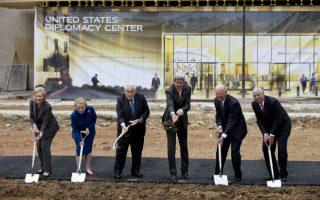 Μαζί. Με το φτυάρι στο χέρι, καλή διάθεση και σύμπνοια, πέντε πρώην υπουργοί Εξωτερικών και ο νυν, βρέθηκαν στην θεμελίωση του Μουσείου που θα στεγάσει τα επιτεύγματα της Αμερικανικής Εξωτερικής Πολιτικής, στο  Στέιτ Ντιπάρτμεντ στην Ουάσιγκτον. Από αριστερά: Hillary Rodham Clinton, Madeleine Albright, Henry Kissinger, John Kerry, James A. Baker και ο Colin Powell. (AP Photo/Carolyn Kaster)