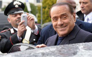 Ο Μπερλουσκόνι χαμογελά στην εικόνα αυτή, από τον Μάρτιο, μετά την αθώωσή του από εφετείο για αποπλάνηση της ανήλικης ιερόδουλης Ρούμπι.