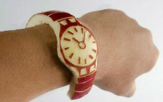 Apple watch. Ευτυχώς υπάρχει το χιούμορ και τα κοινωνικά δίκτυα. Έτσι μια καλή ατάκα ή μια έξυπνη ιδέα μεταφέρεται και διαδίδεται παγκοσμίως. Την ώρα που  όλοι ήταν σε αναμονή για το τι ακριβώς θα παρουσίαζε η Apple για το νέο της ρολόι, ένας Ιάπωνας είχε σκαλίσει στην κυριολεξία το δικό του Apple watch, ένα υπέροχο ρολόι καρπού από ένα μήλο και μοιραζόταν την εικόνα του στο Twitter. Για την ιστορία ο κύριος ονομάζεται Hiromichi Shoji και μπορείτε να το βρείτε διαδικτυακά ως sinomoritsukasa. AFP PHOTO / SINOMORITSUKASA