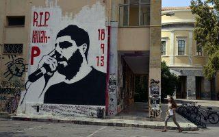 Τώρα, στους δρόμους της Αμφιάλης και του Κερατσινίου δεν έχει κόσμο και μπαλόνια. Μετά την επέτειο για τον φόνο του Παύλου Φύσσα, η ζωή συνεχίζεται...