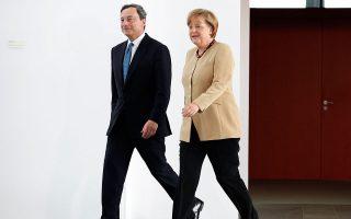 Οι μέρες του κοινού βηματισμού Μέρκελ και Ντράγκι παρήλθαν. Η οικονομική πολιτική του προέδρου της ΕΚΤ έχει δυσαρεστήσει έντονα τη Γερμανίδα καγκελάριο.