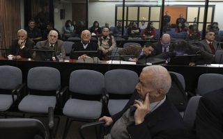 Οι κατηγορούμενοι ιατροί και εργαζόμενοι σε υγειονομικές υπηρεσίες την εποχή της χούντας, στο εδώλιο του δικαστηρίου του Μπουένος Αϊρες.