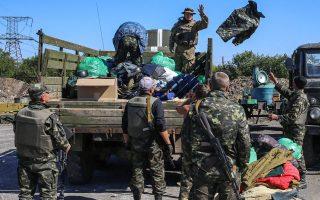Mε στρατιωτικό εξοπλισμό βοηθούν οι εθελοντές τους Ουκρανούς μαχητές.