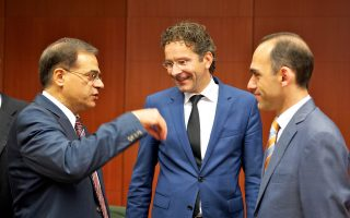 Ο Υπουργός Οικονομικών Γκίκας Χαρδούβελης (Α) συνομιλεί  με τον Πρόεδρο του Eurogroup Jeroen Dijsselbloem και τον υπουργό Οικονομικών της Κύπρου Χάρη Γεωργιαδη, κατά το Eurogroup του περασμένου Ιουλίου.