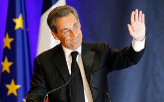 Στην επανεμφάνισή του ο τέως πρόεδρος Νικολά Σαρκοζί δεν παρέλειψε να αναφερθεί εκτενώς στον Φρανσουά Ολάντ και στον πρωθυπουργό Μανουέλ Βαλς.