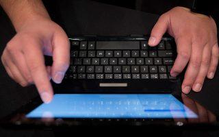 Ο χρήστης του Διαδικτύου αφήνει παντού πληροφορίες και είναι ευάλωτος σε μαζική καταγραφή όλων των στοιχείων του, σε πώληση προσωπικών δεδομένων και σε οτιδήποτε έχει να κάνει με το προσωπικό του «είναι».