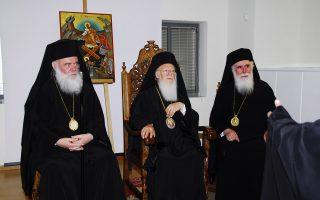 Ο Οικουμενικός Πατριάρχης Βαρθολομαίος (κέντρο), ο Αρχιεπίσκοπος Αθηνών Ιερώνυμος (αριστερά) και ο Μητροπολίτης Νέας Ιωνίας και Φιλαδέλφειας Κωνσταντίνος (δεξιά).