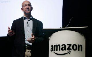 Ο Τζεφ Μπέζος, ιδρυτής της Amazon, συμμετέχει ενεργά στη Lab126 από την Kindle μέχρι το Fire Phone της εταιρείας, πιστοποιώντας τη δέσμευσή του στην καινοτομία.