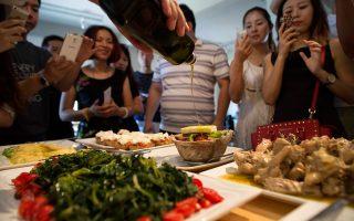 Κρητικοί μαγειρεύουν, Κινέζοι γεύονται, ενθουσιάζονται και δηλώνουν ότι θα μεταφέρουν στις αποσκευές  τους  τα μυστικά και τις γεύσεις της μεσογειακής κουζίνας. Οι επισκέπτες από την χώρα του 1,3 δισ. κατοίκων άφησαν μήνυμα. Το ελαιόλαδο θα κατακτήσει την κινεζική αγορά.