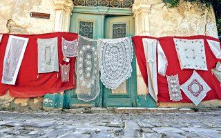Τα περίφημα λευκαρίτικα κεντήματα, αναγνωρισμένα από την UNESCO. (Φωτογραφία: Βαγγέλης Ζαβός)
