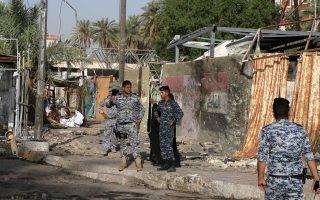 Ιρακινοί αστυνομικοί στο σημείο έκρηξης βόμβας, που προκάλεσε πολλά θύματα, στην Καντιμίγια της Βαγδάτης.