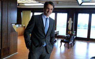 Ο υπουργός Διοικητικής Μεταρρύθμισης Κυριάκος Μητσοτάκης αναμένει τον Γάλλο υπουργό Οικονομικών Michel Sapin στο γραφείο του στο Υπουργείο Διοικητικής Μεταρρύθμισης, Αθήνα, Παρασκευή 25 Ιουλίου 2014. ΑΠΕ-ΜΠΕ/ΑΠΕ-ΜΠΕ/ΣΥΜΕΛΑ ΠΑΝΤΖΑΡΤΖΗ