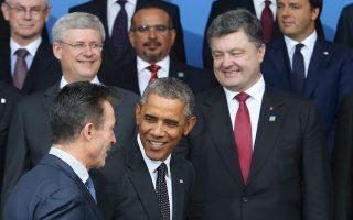 Ο Ουκρανός πρόεδρος Πέτρο Ποροσένκο (δεξιά) κοιτάζει τον Αμερικανό πρόεδρο που συνομιλεί με τον γενικό γραμματέα του ΝΑΤΟ, λίγο πριν από την οικογενειακή φωτογραφία στο Νιούπορτ της Ουαλλίας.