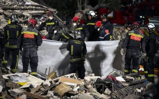 epa04378601 Rescue workers remove the body of a victim from rubble and debris at night at the site of a building collapse in Rosny sous Bois, near Paris, France, 31 August 2014. The building collapsed around 7:20 am. (local time) So far two persons have been found dead and firefighters are still searching for survivors as they expect to find more people trapped under the rubble.  EPA/ETIENNE LAURENT